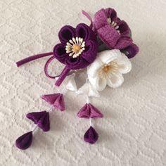 〈つまみ細工〉藤下がり付き梅三輪とベルベットリボンの髪飾り(白と若紫と深紫)の画像