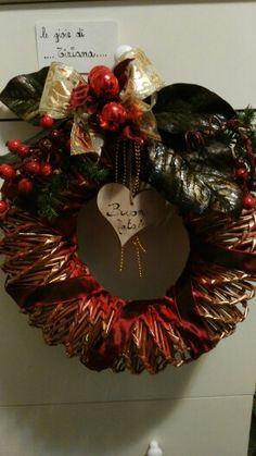 Corona natalizia con cannucce di carta