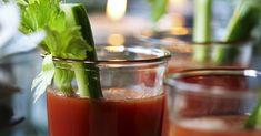 Hvis du har glemt, hvor godt en Bloody Mary smager, er det på tide at blive mindet om det. Den er slet ikke så tung, som den lyder, til gengæld er den virkelig sund! Og så skulle den eftersigende kunne kurere tømmermænd! Cocktail Drinks, Cocktails, Bloody Mary, Moscow Mule Mugs, Vodka, Tableware, Lemon, Alcohol, Craft Cocktails
