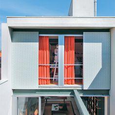 Utilizados também na fachada dos fundos, os painéis de laminado melamínico dão unidade ao projeto. Sobre o deck, a viga de aço, que originalmente iria estruturar uma passarela, foi deixada ali para uso no futuro.