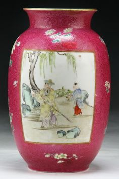 A Chinese Antique Famille Rose Porcelain Vase : Lot 275