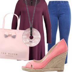 Per la donna morbida, un outfit adatto al lavoro, ma anche a una passeggiata per lo shopping: jeans leggings da indossare con una casacca ampia color vinaccia, zeppe rosa e borsa simpatica. Una collana con ciondolo di quarzo rosa per completare il tutto.