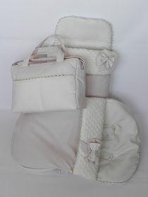 Conjunto para el coche de la marca portuguesa Bebecar confeccionado con delicados tejidos crudos.  Saco de capazo, saco de grupo 0 y bolso m...