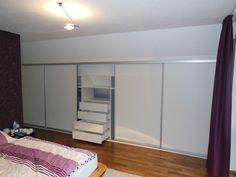 Kleiderschrank in Zimmer mit nach hinten verlaufender Dachschräge