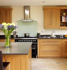 Open-plan Oak Shaker Kitchen from Harvey Jones Oak Kitchen Cabinets, Kitchen Units, Kitchen Flooring, Hickory Cabinets, Kitchen Ranges, Bathroom Cabinets, Updated Kitchen, New Kitchen, Home Decor Kitchen