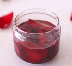 Pleťovou vodu si můžete vyrobit třeba i z listů růže...