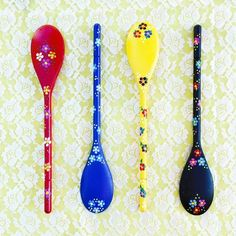 Hand Painted (Portuguese) Wooden Spoons... create your own by covering painted spoons with dot daisies Spoon Art, Wood Spoon, Wooden Spoon Crafts, Wood Crafts, Painted Spoons, Hand Painted, Diy Arts And Crafts, Handmade Crafts, Pottery Painting