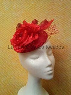 Tocado con base de sinamay en color rojo, con flor, velo y plumas