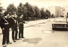 Школьный патруль на улице Люлина возле Рижской средней школы № 76 (фото из архива: Rīgas Ostvalda vidusskola)...