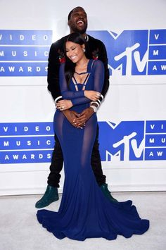 Robe bleue très moulante pour Nicki Minaj, accompagné par son petit ami Meek Mill.© Getty