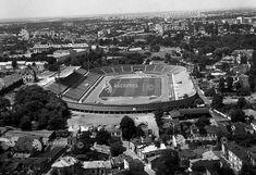 O imagine aeriană a cartierului din jurul Stadionului Republicii. Fotografia, realizată în iulie 1967, surprinde vestul platformei Uranus, sistematizată pentru realizarea Centrului Civic, cu alte cuvinte este zona din spatele Palatului Parlamentului (Casei Republicii). În partea de jos a imaginii, se pot vedea frânturi din străzile Puţul cu apă rece, Proserpina şi segmentul superior al str. Izvor, care ocolea stadionul (într-un fel ca şi astăzi...) La acea vreme, vechea fabrică de bere… Bucharest, Time Travel, Romania, Times Square, Dan, Memories, Pictures, Memoirs, Souvenirs