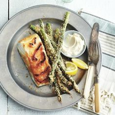 Baked asparagus fries—for when you're craving fries, but don't want all the extra calories. Veggie Side Dishes, Vegetable Dishes, Side Dish Recipes, Vegetable Recipes, Dinner Recipes, Entree Recipes, Dinner Menu, Asparagus Fries, Baked Asparagus