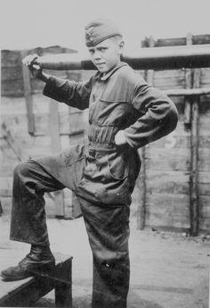 "Unknown young German antiaircrafter ""flakhelfer"" the position of anti-aircraft gun projectile devyatikilogrammovym 8.8 cm FlaK 18/41 in the German city of Hagen (Hagen)."