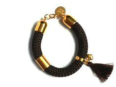 Handmade. De Dreamz armband is een prachtig sieraad met onderdelen van Europees designer quality. Helemaal leuk en de trend voor dit jaar! http://bylieske.biedmeer.nl/dreamz-pompon-gold-diverse-kleuren