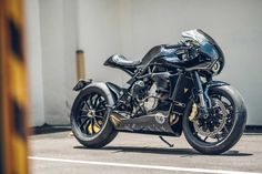 Try tying your shoes with one hand. Now imagine building a motorcycle like that. This MV Augusta Brutale cafe racer is the work of 'ONEHANDMADE' in Taiwan. Bmw Cafe Racer, Custom Cafe Racer, Cafe Racer Build, Cafe Racers, Mv Agusta, Architecture Design, Aluminum Uses, Vintage Cafe Racer, Vintage Bikes