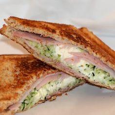 croque courgette-kiri-jambon  Le croque-monsieur peut se revisiter à l'infini selon les goûts de chacun. On le prépare ici avec de la courgette râpée, du jambon et du Kiri®. Dégustez-le bien chaud accompagné d'une salade.