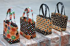 """Over the weekend I started the """"Tini Treat Bags"""" that were designed by Monica Solorio-Snow from Happy Zombieland. You can find the pattern. Patchwork Bags, Quilted Bag, Halloween Sewing, Summer Handbags, Handbag Patterns, Craft Bags, Fabric Bags, Handmade Bags, Bag Making"""