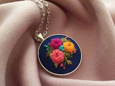 Embroidery hoop art by zezehandcraft Handmade Jewelry Tutorials, Handmade Accessories, Handmade Necklaces, Handcrafted Jewelry, Embroidery Jewelry, Embroidery Hoop Art, Hand Embroidery Designs, Diy Necklace Making, Floral Necklace