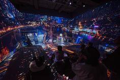 展示風景より、「ライト・パビリオン」に投影された上海の夜景(Photo: 金子俊男)