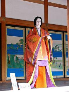 京都御所春季一般公開(7)小御所(こごしょ)の画像:たんぶーらんの戯言 A mannequin wearing junihitoe.