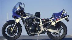 """Cada vez con más frecuencia los japoneses hacen motos de calle que sirven para hacer carreras, no es una sorpresa. Sin embargo, algunas veces los ingenieros """"se calientan"""" un poco más, van todavía más lejos y acaban haciendo auténticas motos de carreras, que además sirven para carretera."""