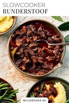 Een heerlijk gerecht uit de slowcooker: de runderstoofpot. Geserveerd met sperziebonen en aardappelpuree. In deze runderstoof zit ook rode wijn voor extra smaak. Je kan het recept ook in de pan maken, maar met de slowcooker gaat het sneller. Dit is een echte Hollandse stoofpot! Je vindt het recept op mijn website Miljuschka.nl | #Miljuschka | vlees | rundvlees | avondeten Roast Beef Recipes, Slow Cooker Recipes, Cooking Recipes, Stroganoff Slow Cooker, Yummy Snacks, Yummy Food, Healthy Diners, Multicooker, Dinner Is Served