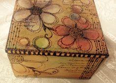 Cajita pirograbado pintada con tizas pastel