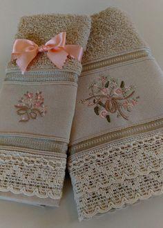 JOgo de toalhas de rosto e lavabo Silk Ribbon Embroidery, Hand Embroidery, Machine Embroidery, Bathroom Towel Decor, Decorative Hand Towels, Towel Crafts, Personalized Towels, Embroidered Towels, Crochet Home