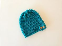 MORE VIDEO TUTORIALS HERE: ... This step-by-step tutorial shows you how to loom knit an airy slouchy beanie hat with an adjustable button band using a 41 peg loom (a 40 peg loom works too) and thick cotton thread for k. Diy, Tutorial, Knit, How, Hat, Loom, Lace, Beanie, Tuto,