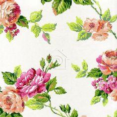 Papel pintado con rosas en colores rosas y carnes, hojas en verde y fondo blanco roto nacarado.   Con una increíble estética de papel pintado a mano y su textura que imita a los trazos de un pincel, su diseño es de un claro y marcado estilo inglés perfecto para caulqueir decoración clásica.