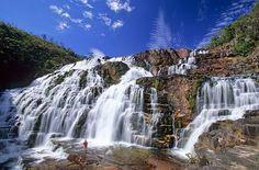 Situada no norte do cerrado goiano, a cerca de 230 km de Brasília, a Chapada dos Veadeiros é o mais antigo patrimônio geológico da América do Sul, formada há 1,8 bilhão de anos. A beleza natural e ...