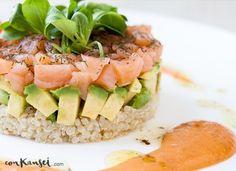 Ensalada de quinoa con aguacate y salmón