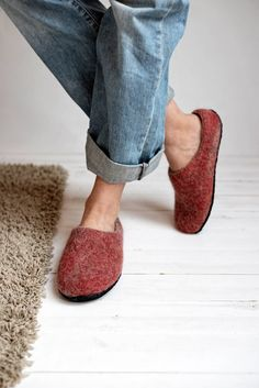 Fashionable design woman wool handmade slippers #cozyslippers #giftforher #womenshoes #birthdaygift Kids Slippers, Felted Slippers, Womens Slippers, Womens Flats, Folk Fashion, Womens Fashion, Felt Shoes, Natural Latex, Baby Warmer
