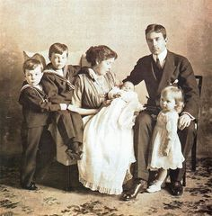 Crown Prince Gustav (VI) Adolf of Sweden with his first wife, Crown Princess Margaret (nee Princess Margaret of Connaught), and 4 of their 5 children.