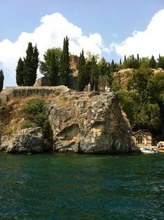 www.macedonievakantiehuis.nl Meer van Ohrid / Pestani. Te Huur Penthouse met lift in Pestani direct aan het meer met een geweldig uitzicht over het meer van Ohrid ( 400 km 2 glashelder water). guido@oesterkoning.nl  tel 0031.620564828 € 995,- per week.  foto Guido Bindels copyright