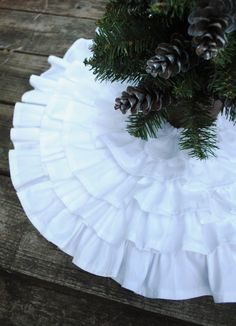 so pretty...ruffle skirt for the Christmas tree
