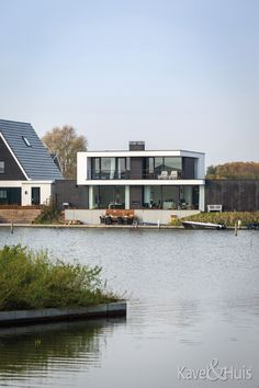 Genieten aan het water Mansions, House Styles, Water, Modern, Home Decor, Gripe Water, Trendy Tree, Decoration Home, Manor Houses