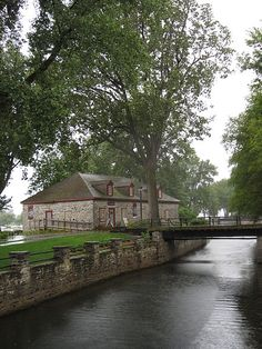 File:WTMTL T31 IMG 0100.JPGA single-storey stone warehouse located in an attractive park-like setting on the banks of the Lachine Canal; originally built by the North West Company, the warehouse symbolizes the history of the fur trade in Montreal