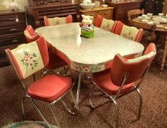 love this vintage dinette, so different! Just perfect I would redo my kitchen around it. Retro Table And Chairs, Retro Kitchen Tables, Vintage Kitchen, Retro Kitchens, 1950s Kitchen, Pink Chairs, Shabby Chic Vintage, Shabby Chic Kitchen, Vintage Decor
