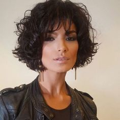 The pixie cut is the new trendy haircut!), Many are now women who wear this short haircut. Short Wavy Hair, Curly Hair Cuts, Curly Hair Styles, Pixie Hairstyles, Great Hair, Hair Today, Synthetic Hair, Hair Dos, Hair Lengths