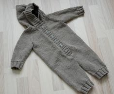 Baby Knitting Patterns Jumpsuit Ravelry: – Jumpsuit with raglan sleeves pattern by DROPS design Baby Boy Knitting Patterns, Knitting For Kids, Baby Patterns, Knitting Ideas, Free Knitting, Knitting Projects, Baby Boy Jumpsuit, Baby Overall, Baby Girl Crochet