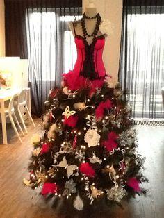 Kerstboom 'anders' ! Onderstel van een kunstboom, met daarop een torso.