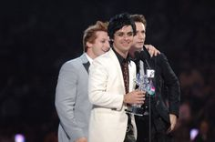 """Pin for Later: Voilà Ce à Quoi Ressemblaient les MTV VMAs Il y a 10 Ans Green Day Avaient Remporté la Récompense Pour la Vidéo de L'année Avec """"Boulevard of Broken Dreams"""" Ils avaient aussi gagné la Meilleure Vidéo de Groupe, la Meilleure Vidéo Rock, et le Choix du Public."""