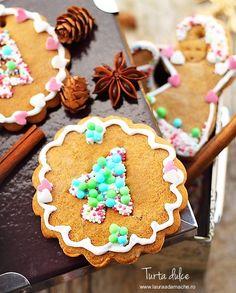 Turta dulce reteta. Turta dulce este unul dintre deserturile care ne imbogatesc masa de Craciun. Reteta biscuiti de turta dulce. Christmas Sweets, Christmas Cookies, Figgy Pudding, Eat Dessert First, Cake Cookies, Gingerbread Cookies, Sprinkles, Deserts, Dessert Recipes