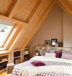 Wohnideen Dachgeschosswohnung mansardenwohnung in hellen nuancen holztisch holzboden parkett sofa