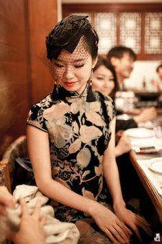 Mandarin collar dress Cheongsam with the head piece Asian Style, Chinese Style, Chinese Theme, Traditional Fashion, Traditional Dresses, Chinese Gown, Zara Hats, Oriental Dress, Mode Lookbook