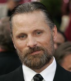 Viggo Mortensen has bowed to convention and worn a suit. Very becoming. I see Melony's late as well.