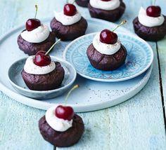 Cherry brownie babycakes Bbc Good Food Recipes, Sweet Recipes, Baking Recipes, Dessert Recipes, Desserts, Chocolate Brownie Cake, Chocolate Cheese, Brownie Cupcakes, Chocolate Icing
