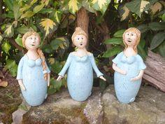 """...ein bezaubernder """"Gartenchor"""", bestehend aus 3 """"singenden"""" Vollweibern...jede von ihnen in einem anderen Kleid und ca.22cm hoch...natürlich singen sie nicht wirklich, verbreiten aber einen..."""