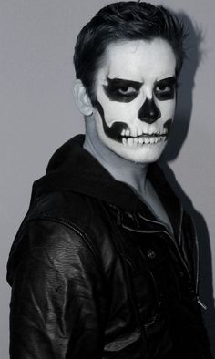 Halloween-Make-up-Ideen Halloween Makeup Ideas If you're looking for the perfect Halloween make-up, you've come to the right place. As we all know, Halloween is an annual holiday # Male Makeup, Clown Makeup, Scary Makeup, Fx Makeup, Costume Makeup, Makeup Ideas, Makeup Brushes, Half Skeleton Face, Skeleton Face Paint
